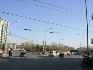 左边通向城铁上地站,右边通往朱房村